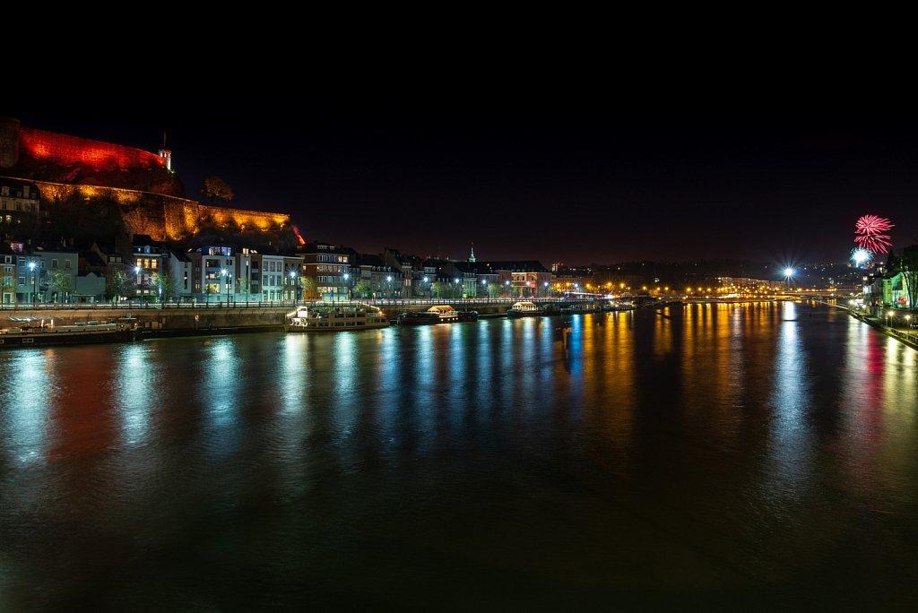 10 mars 2019. La citadelle de Namur aux couleurs du Grand feu de Bouge. A droite de la photo, le feu d'artifice depuis Bouge ... Le boulevard Baron Luis Huart et son nouvel éclairage LED.